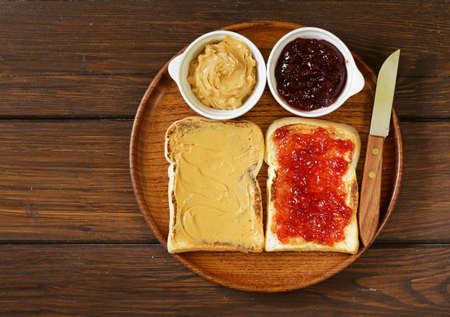 Sandwiches con mantequilla de maní y mermelada de fresa Foto de archivo - 46739256