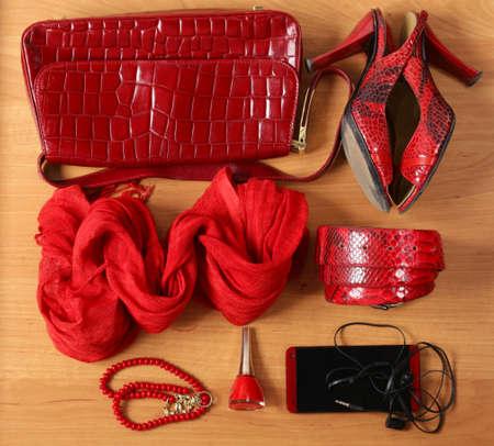 moda ropa: accesorios de mujer de color rojo bolsas, zapatos, cintur�n y bufanda