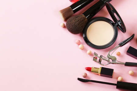 maquillaje de ojos: cosméticos establecidos para la cara de maquillaje en polvo, lápiz labial, cepillo de la máscara Foto de archivo