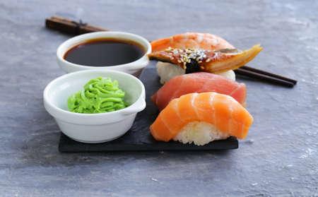 Sushis japonais de la nourriture traditionnelle avec le saumon, le thon et les crevettes Banque d'images - 48002319