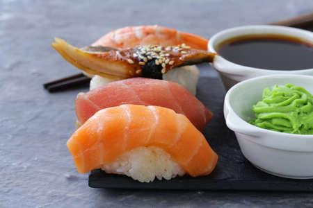 japanese food: Sushi japon�s comida tradicional con salm�n, at�n y camar�n