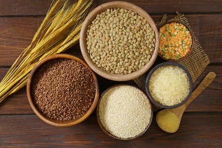 cebada: surtido de diferentes cereales - trigo sarraceno, arroz, lentejas, quinoa Foto de archivo