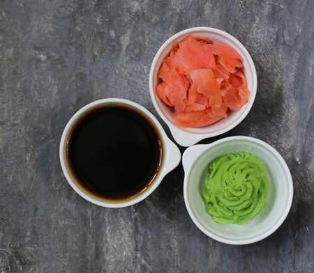 comida japonesa: Salsa de wasabi japonés, salsa de soja y jengibre encurtido