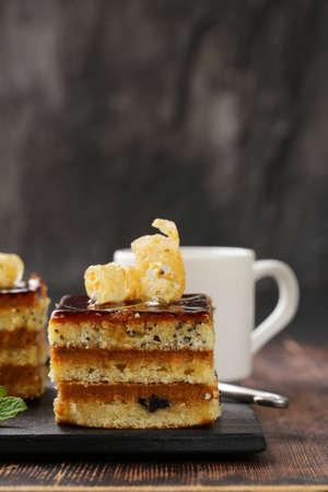 porcion de torta: porciones pedazo postre de pastel con crema y chocolate en un plato Foto de archivo