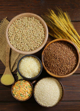 arroz: surtido de diferentes cereales - trigo sarraceno, arroz, lentejas, quinoa Foto de archivo