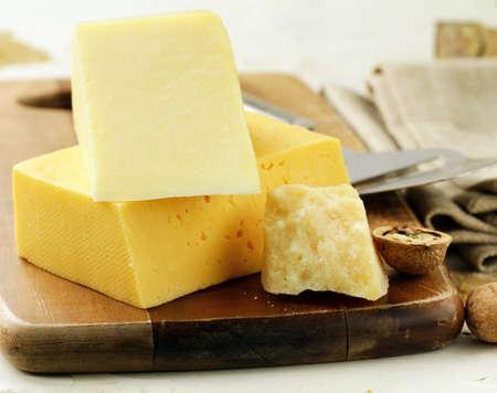 tabla de quesos: tabla de quesos diferentes tipos de queso para un aperitivo