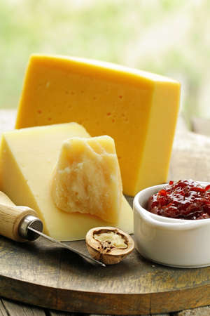 tabla de quesos: cheeseboard different kinds of cheese for an appetizer