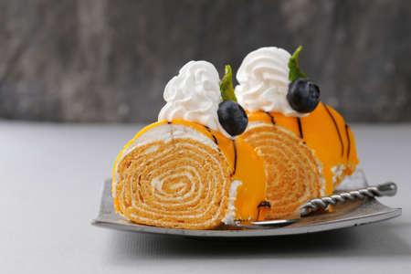porcion de pastel: pedazo de pastel de postre con crema y chocolate en un plato