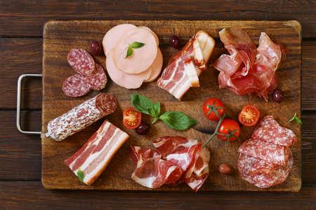 saucisse: Charcuteries assorties - jambon, saucisse, saucisson, parme, jambon, lard