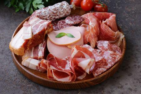 델리 고기 모듬 - 햄, 소세지, 살라미, 파마, 퀴 토 햄프, 베이컨 스톡 콘텐츠