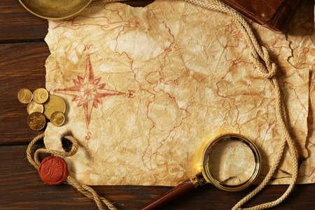 carte tr�sor: Carte et accessoires vintage pour la chasse au tr�sor et Voyage Banque d'images