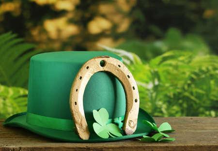 herradura: símbolos tradicionales para el Día de Patrick - sombrero verde, herradura y el trébol Foto de archivo