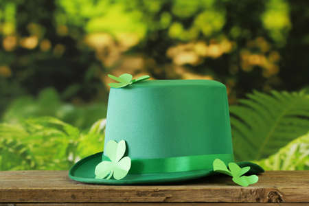 st patrick's day: traditional symbols for Patricks Day - green hat, clover