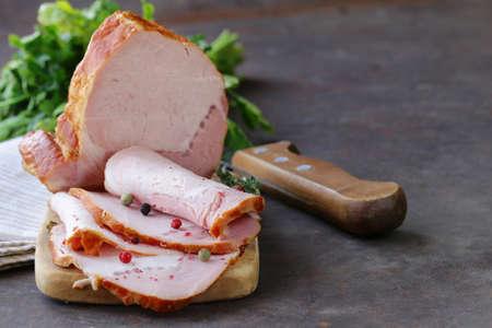 jamon: pedazo de jamón de carne asada con pimienta y tomillo