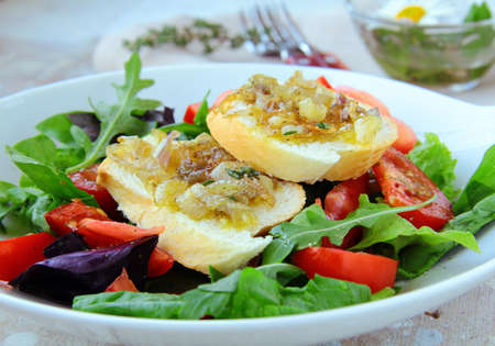 croutons: fresh healthy salad with tomato and onion croutons Stock Photo
