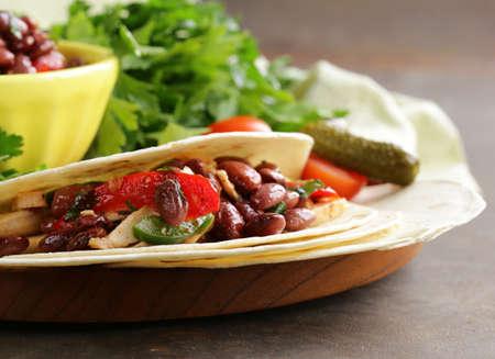 gourmet food: La comida mexicana es tacos en tortilla de trigo con pollo y frijoles