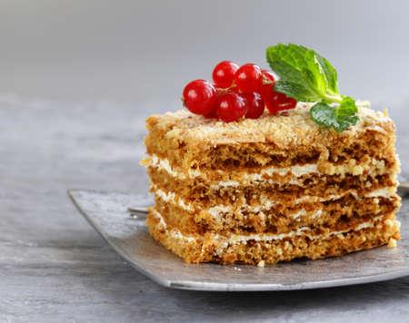 porcion de torta: portioned dessert piece of cake with cream and berries