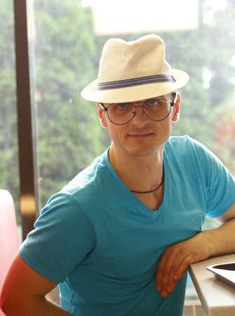 Portrait d'un jeune homme blond aux yeux bleus