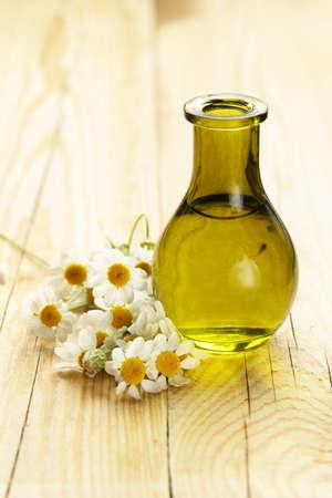 productos de belleza: esencia herbaria orgánica natural en una botella de cristal Foto de archivo