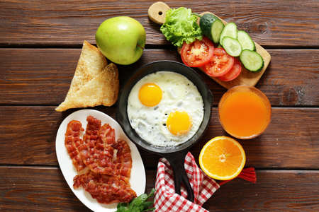 english cucumber: Traditional breakfast - eggs, bacon, toast and vegetables