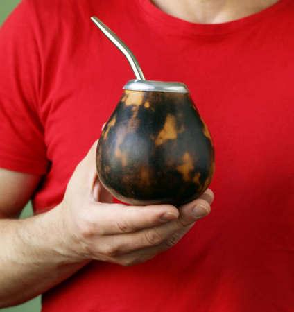 yerba mate: Tradicional té de yerba mate en la taza de calabaza y bombilla