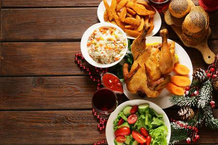cena navideña: comida tradicional para la cena de Navidad, ajuste de la tabla festivo y decoraciones