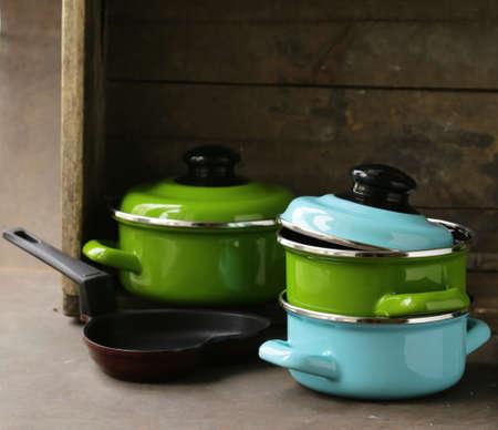 utensilios de cocina: conjunto de ollas de metal utensilios de cocina en una cocina de madera, dom�stica Foto de archivo