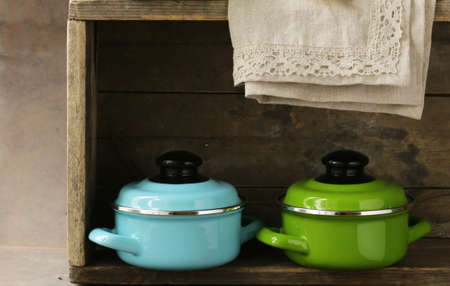 utensilios de cocina: set of metal pots cookware on a wooden, domestic kitchen Foto de archivo