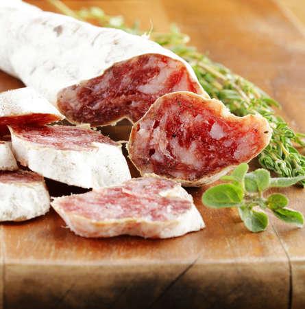 manjar: ahumado salami salchicha delicadeza sobre una tabla de madera Foto de archivo