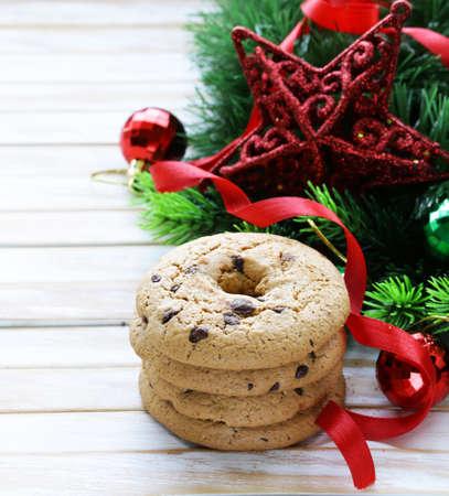cioccolato natale: round cookies with chocolate, Christmas decorations