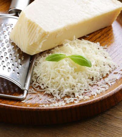 parmigiano grattugiato e tutta su un tavolo di legno