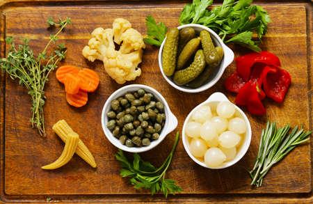 alcaparras: conservas vegetales surtidos (cebolla, alcaparras, pimientos, pepinos)