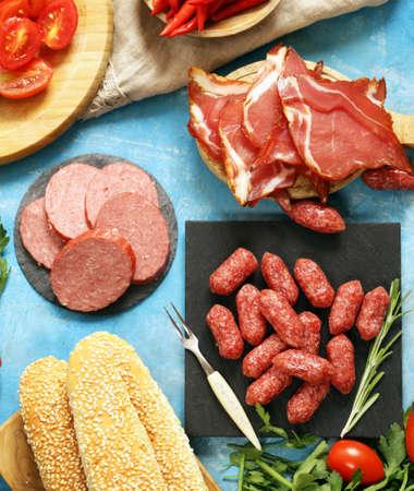 carnes y verduras: carnes mesa de picnic almuerzo deli (salchichas, salami, Parma, jamón) de pan y verduras, vista desde arriba