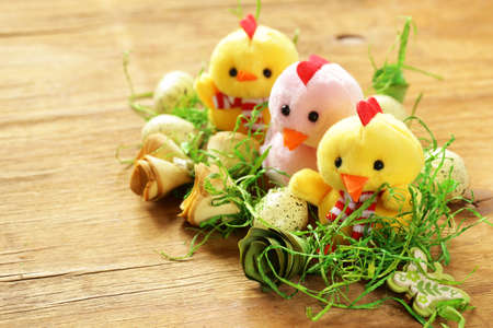 pascuas navideÑas: Still Life Easter holiday symbols - eggs and cute chickens Foto de archivo
