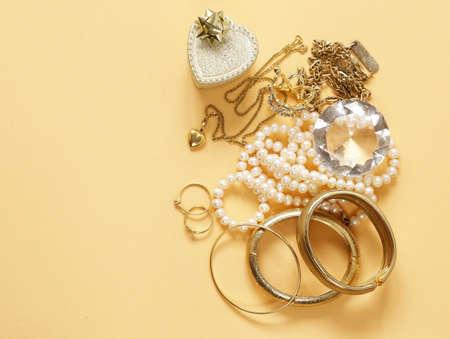 Gouden sieraden goud en parels, hanger en ketting Stockfoto - 75281890