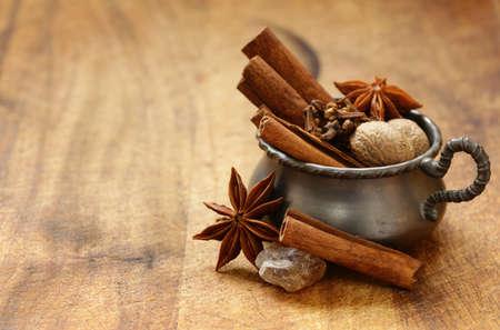 Spezie per il tè invernale - cannella, anice, chiodi di garofano Archivio Fotografico