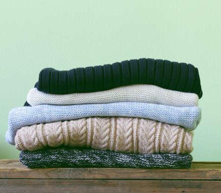 나무 선반에 따뜻한 니트 스웨터