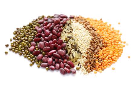 Cereales diferentes: frijoles, lentejas, arroz sobre un fondo blanco.