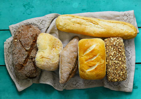 natural organic bread assortment on a wooden background Banque d'images