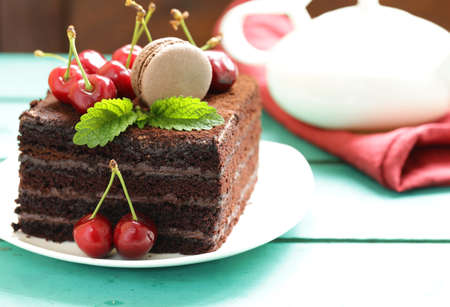 super chocolate truffle cake with fresh berries Imagens