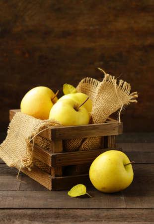ripe yellow organic apples on a wooden table 免版税图像