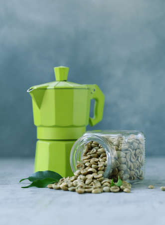 organic green coffee grains on gray background Banque d'images - 118459930
