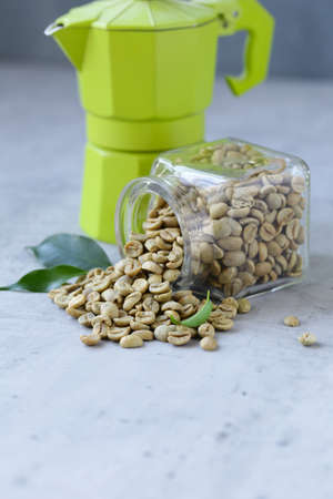 organic green coffee grains on gray background Banque d'images - 118459932