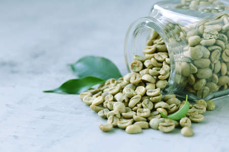 organic green coffee grains on gray background Banque d'images - 118459933