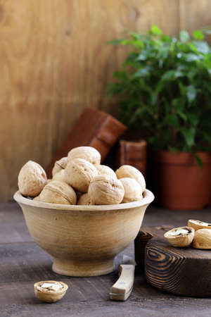 walnuts for a healthy diet on a wooden table Banque d'images - 118459937