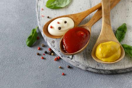 three variants of ketchup, mustard and mayonnaise sauce Banque d'images - 118460151