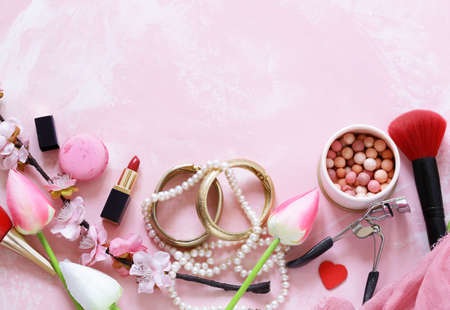 pink background with cosmetics and jewelry for women Banque d'images - 118565442