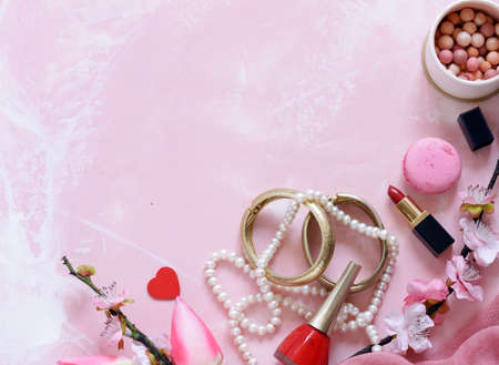 pink background with cosmetics and jewelry for women Banque d'images - 118565444