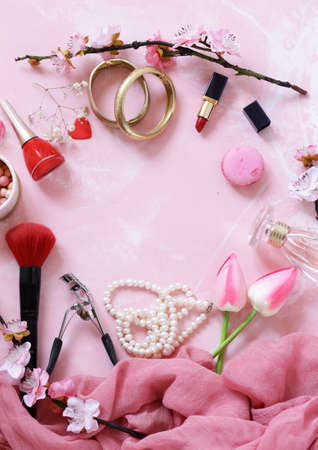 pink background with cosmetics and jewelry for women Banque d'images - 118565446