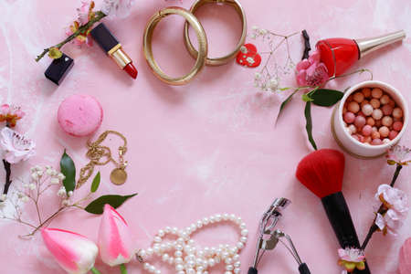 pink background with cosmetics and jewelry for women Banque d'images - 118565450